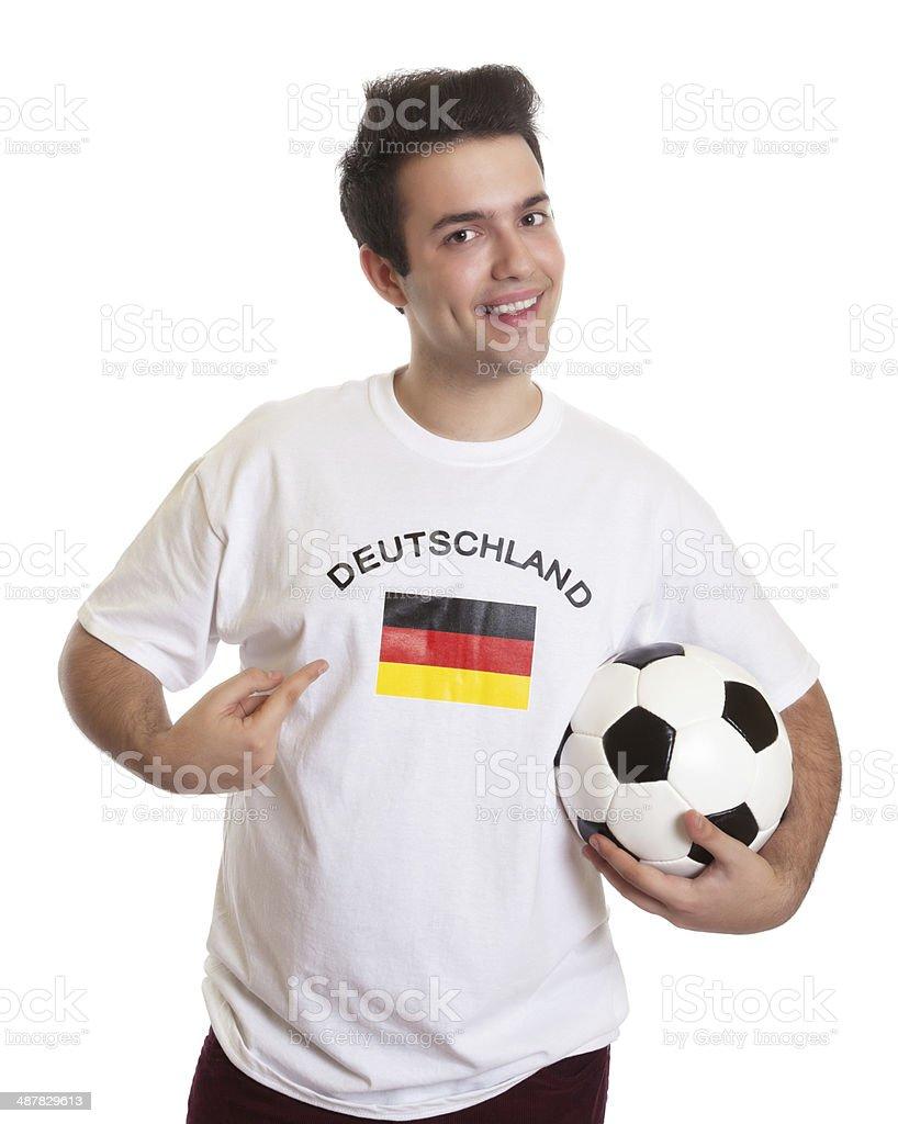 Orgulho fã de futebol, com bola de futebol alemão - foto de acervo