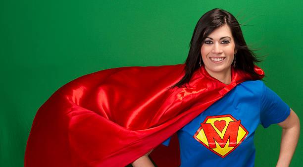 stolze mutter als super mutter auf grünen gewöhnlichen superheld - damen umhänge stock-fotos und bilder