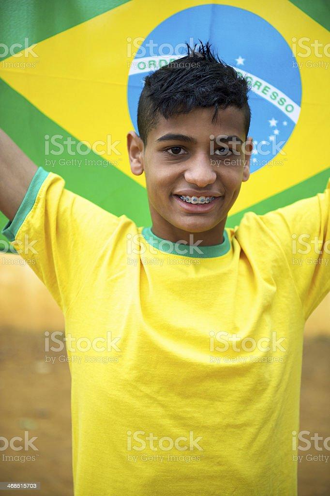 O orgulho patriótico Jovens fãs do futebol brasileiro segurando Bandeira Brasileira - foto de acervo