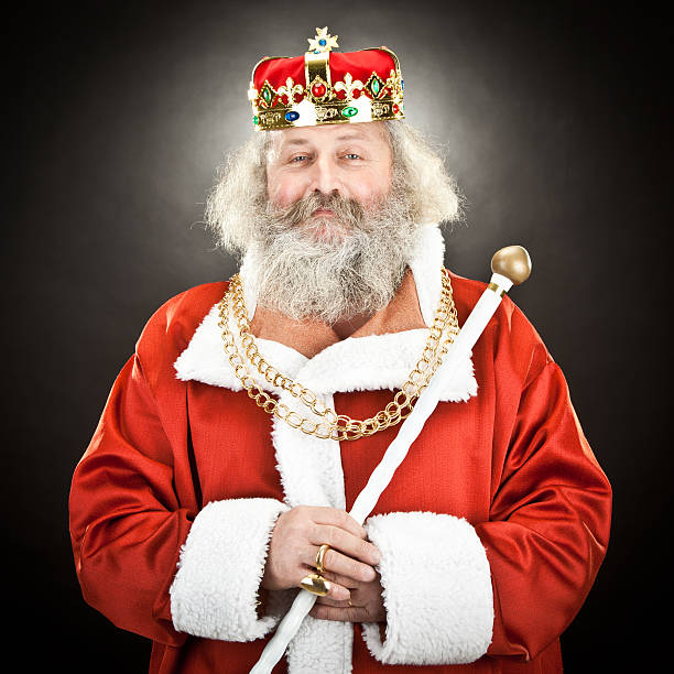 heureux senior avec très grand lit ou l'empereur avec échelle rouge et couronne - sceptre photos et images de collection