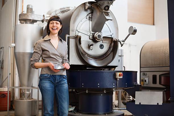 stolz darauf, inhaber in einem coffee roaster - stoffe berlin stock-fotos und bilder
