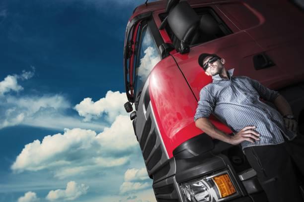 orgullosos de camionero y su camión - conductor de autobús fotografías e imágenes de stock