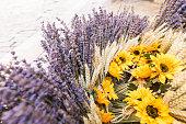 プロバンス ラベンダー、小麦、太陽の花バスケット