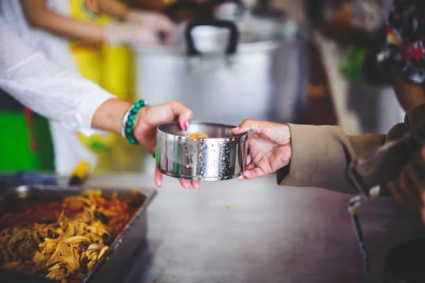 Bereitstellung kostenloser Nahrung für die Armen, um ihren Magen zu füllen und Hunger zu lindern : Konzept des Fütterns, Helfens und Teilens – Foto