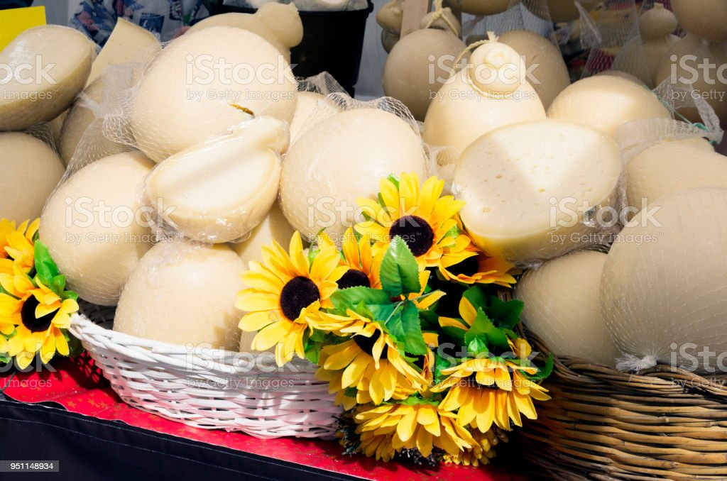 'Provolone' cheeses, are traditional Italian cheeses. These are on a table on outdoor market. - foto stock