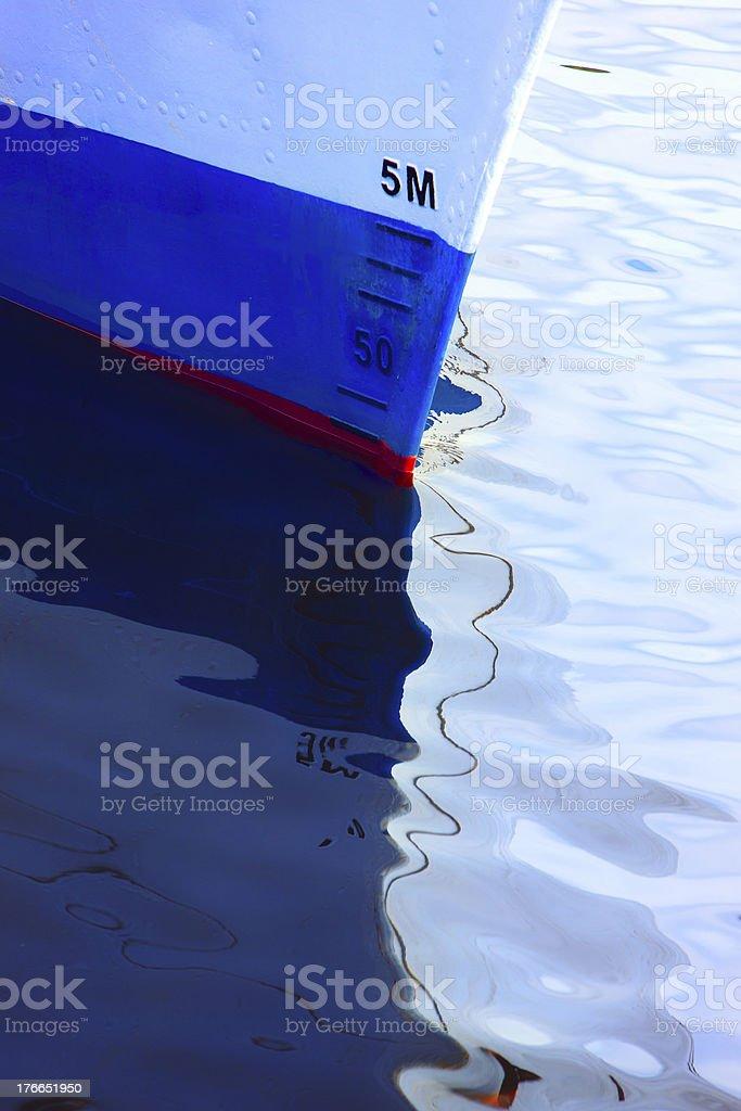 Prow de un buque con reflejo en el bar waves foto de stock libre de derechos