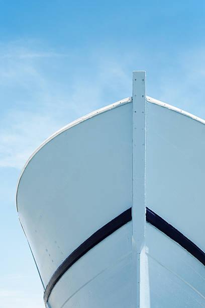 Prow bajo cielo azul - foto de stock