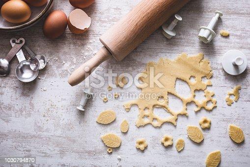 Préparation de Biscuits avec des Emporte-Pièce, Rouleau à Pâtisserie, Oeuf et Pâte à Gâteau