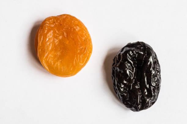 pruneaux et abricots secs sur fond blanc - Photo