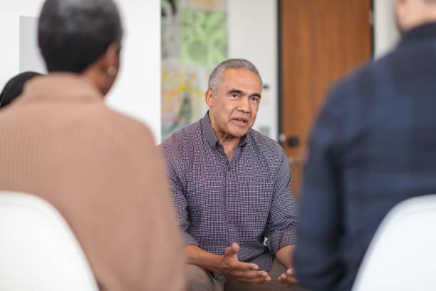 lo psicologo consiglia i pazienti in sessione di terapia di gruppo - assuefazione foto e immagini stock