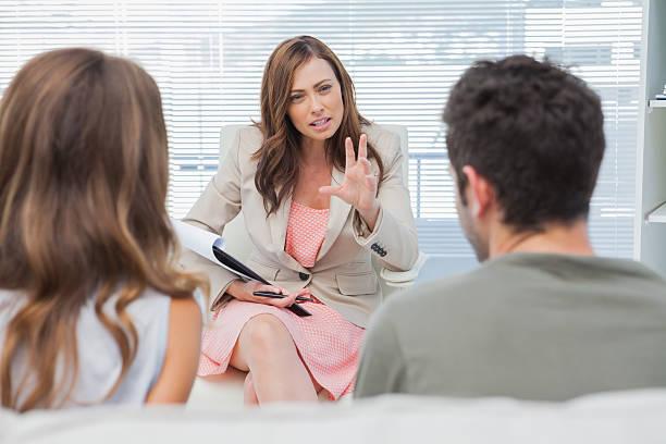 Pareja discutiendo con un psicólogo - foto de stock