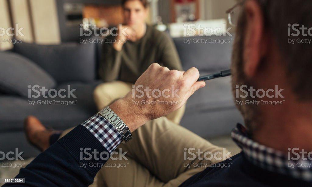 Psychotherapeut Verständigungsprobleme eines männlichen Patienten - Lizenzfrei Anleitung - Konzepte Stock-Foto