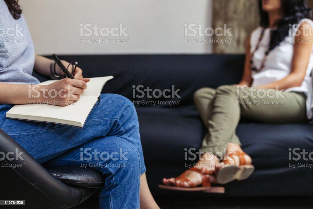 Psychotherapie-Sitzung, Frau im Gespräch mit seiner Psychologin im studio – Foto
