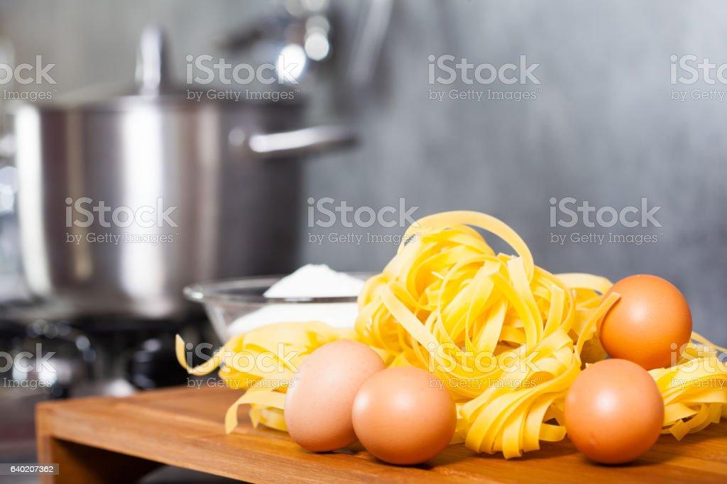 pâtes aux oeufs frais stock photo