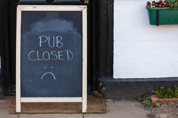 Pub pizarra cerrada o cartel de pizarra debido a Coronavirus COVID-19 Pandemia - foto de stock