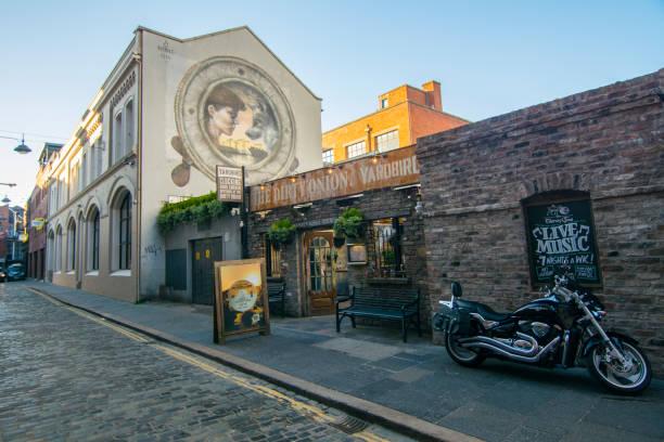 Un pub en la Catedral de Belfast cuarto - foto de stock