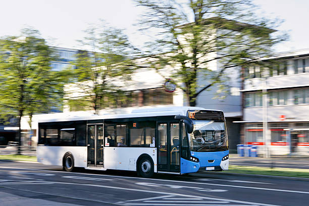 El autobús público en una ciudad - foto de stock