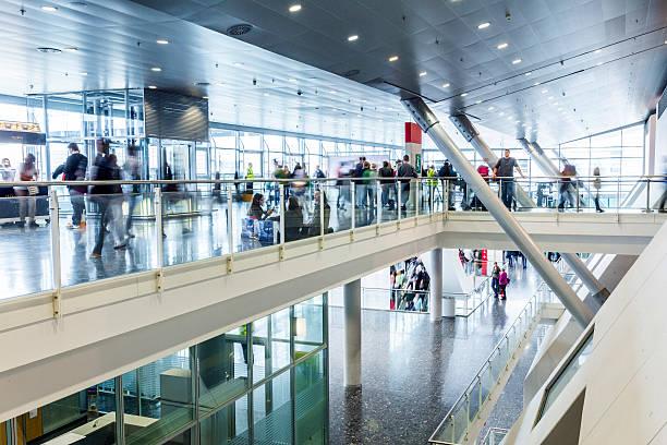 öffentliche tag für frankfurter buchmesse, besucher im saal - ausstellungen frankfurt stock-fotos und bilder