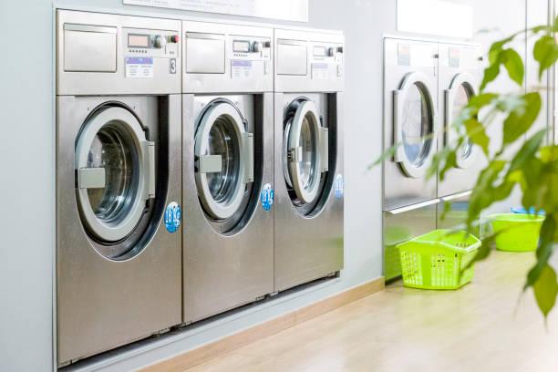 Öffentlichen Waschraum mit modernen, Silber Waschmaschinen – Foto