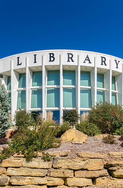 öffentliche bibliothek gebäude - bibliothekschilder stock-fotos und bilder
