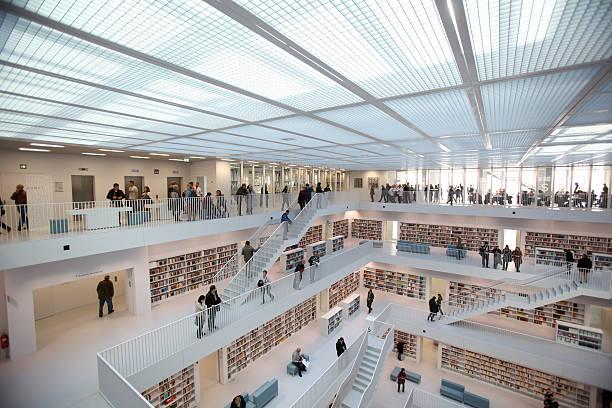 öffentliche bibliothek – innenbereiche - studieren in deutschland stock-fotos und bilder