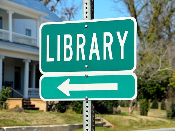 öffentliche bibliothek road sign - bibliothekschilder stock-fotos und bilder