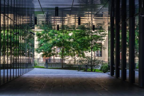 Öffentlicher Park zwischen modernen Bürogebäuden, Zukunft der Arbeit, coworking, teilte Arbeitsplatzkonzept, sonnigen Sommertag – Foto