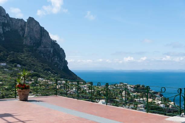 Öffentliche Piazza über Capri – Foto