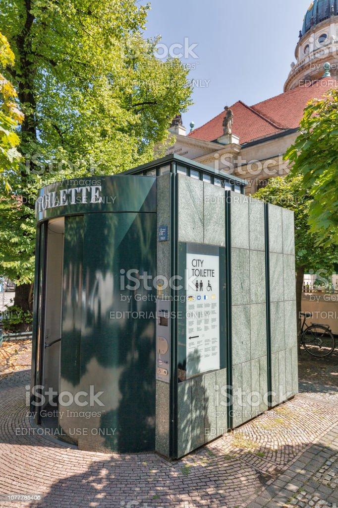 Öffentliche tragbare City Toilette in Berlin, Deutschland. – Foto
