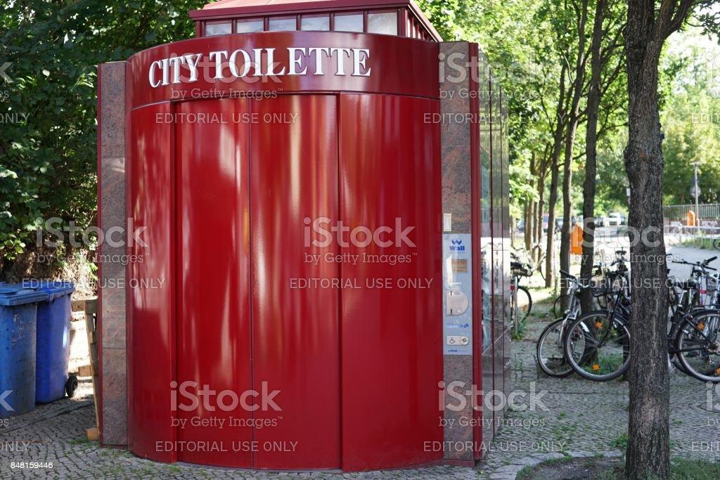 Öffentliche tragbare City-toilette – Foto