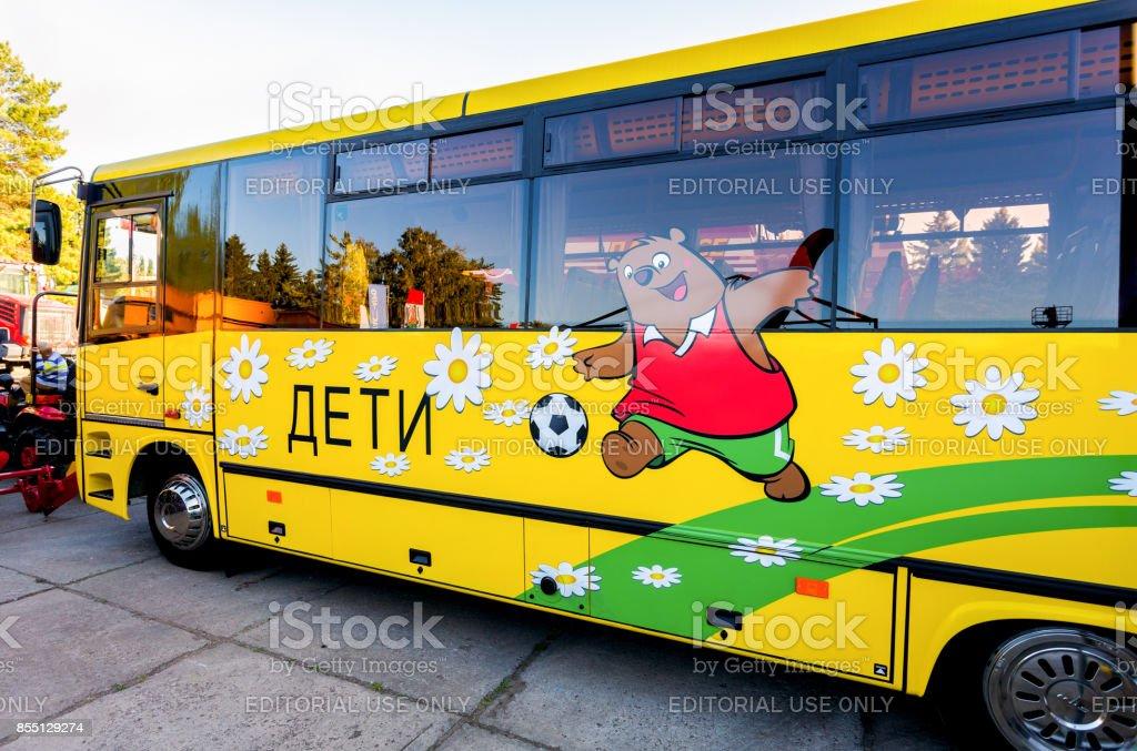 Ônibus de escola pública de planta de automóvel Minsk (MAZ) estacionado exibiram na exposição anual do Volga agro-industrial - foto de acervo
