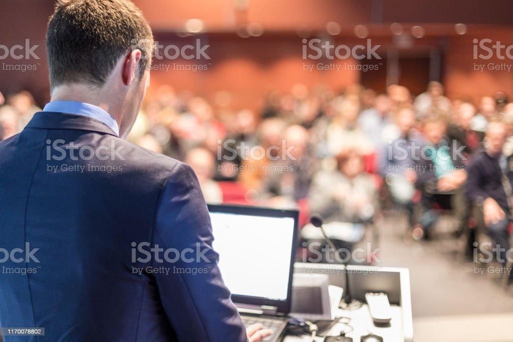 Öffentlicher Redner, der auf einer Business-Veranstaltung spricht. - Lizenzfrei Akademisches Lernen Stock-Foto