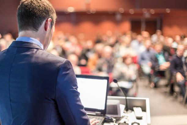 Öffentlicher Redner, der auf einer Business-Veranstaltung spricht. – Foto