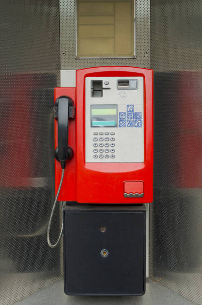 öffentlicher telefon  - telefonschrank stock-fotos und bilder
