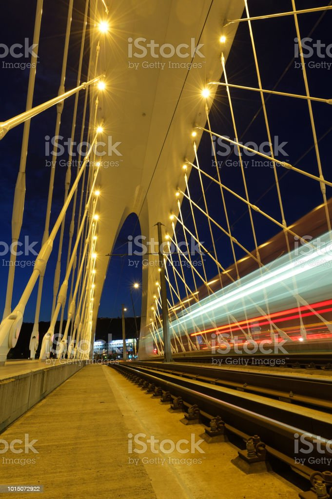 Öffentliche Verkehrsmittel auf moderne Brücke. Troja-Brücke in Prag. – Foto