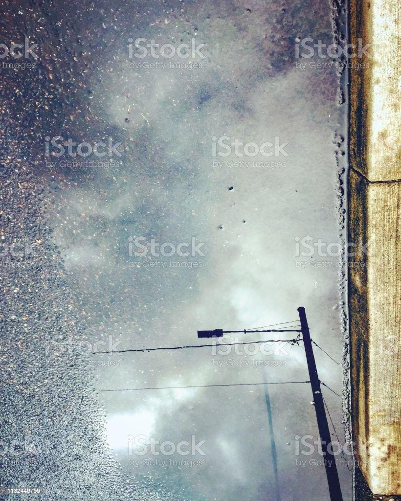 Pfützenreflektion des Lichtpols – Foto