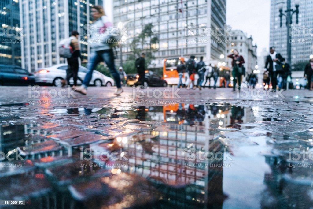 Pfütze Reflexion Blick auf die Straßen der Innenstadt von São Paulo, Brasilien – Foto