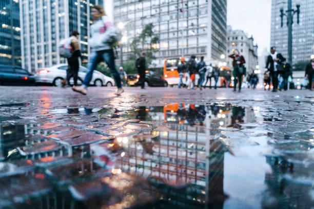 plas reflectie uitzicht op de straten van het centrum van são paulo, brazilië - laag camerastandpunt stockfoto's en -beelden