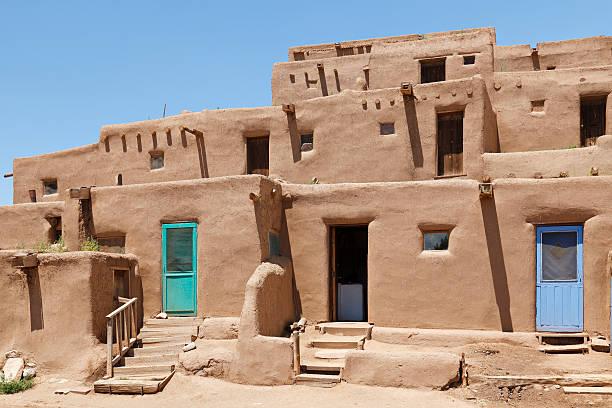 architecture pueblo - adobe photos et images de collection