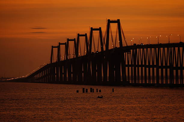 puente rafael urdaneta amanecer naranja - maracaibo fotografías e imágenes de stock