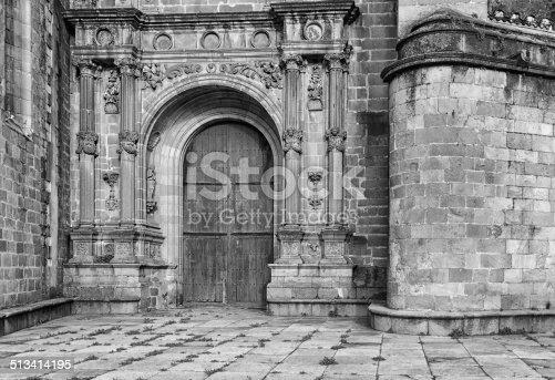 istock Puerta del Enlosado. b/n 513414195