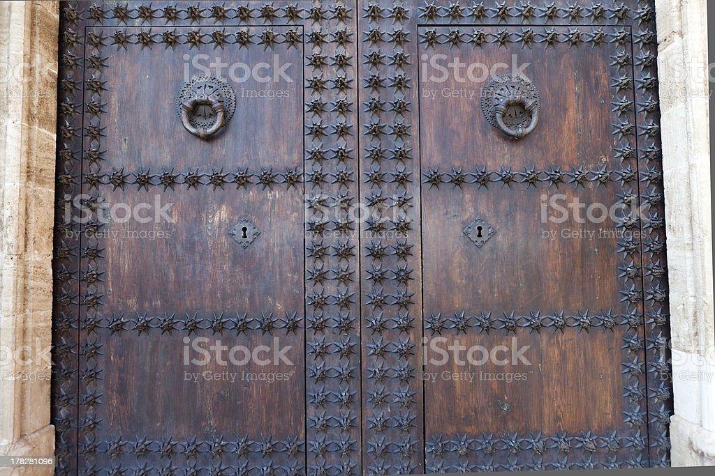 Puerta doble de madera tachonada antigua stock photo