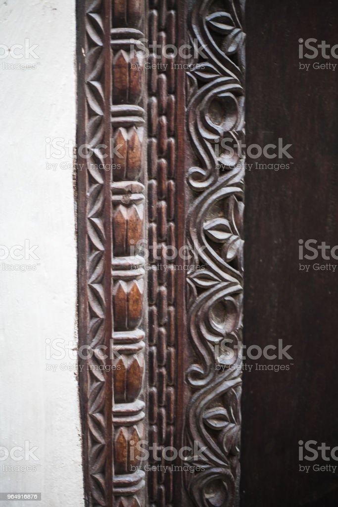 puerta tallada de madera y metal africana royalty-free stock photo