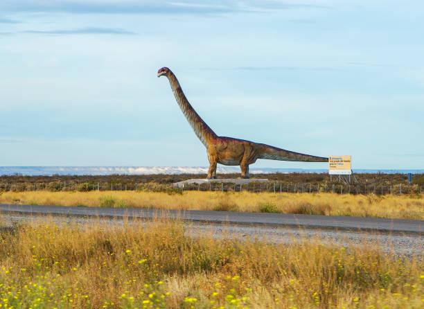Puerto Madryn, Argentinien, Dinosaurier an der Autobahn. – Foto