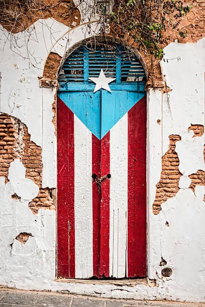 puerto-ricanischen flagge im verlassenen gebäude nebenan. - malerei türen stock-fotos und bilder