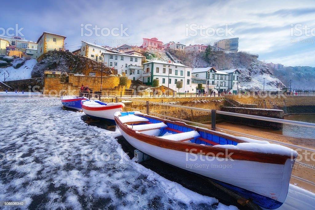 Puerto Viejo de Algorta en Getxo en invierno con nieve - foto de stock