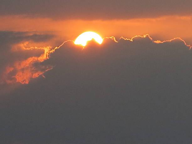 Puesta De Sol Con El Sol Entre Las Nubes Stock Photo Download Image Now Istock