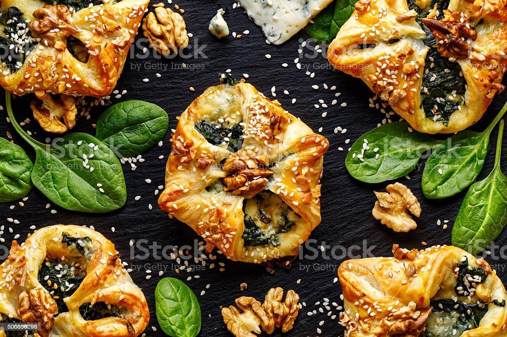 Pasta sfoglia ripiena con spinaci e Formaggio Gorgonzola - foto stock