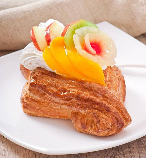 puffärmel mit obst und sahne - apfel marzipan kuchen stock-fotos und bilder