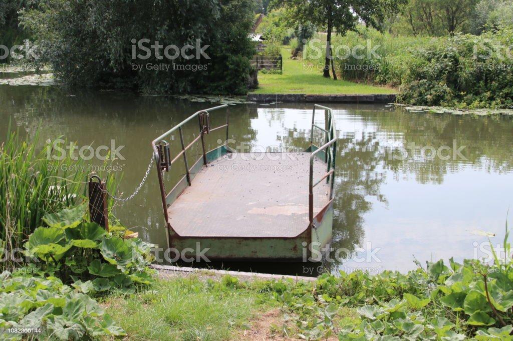 Trek veerboot van staal te verbinden de zijden van het kanaal van de ring Zuidplaspolder Nieuwerkerk aan den IJssel foto